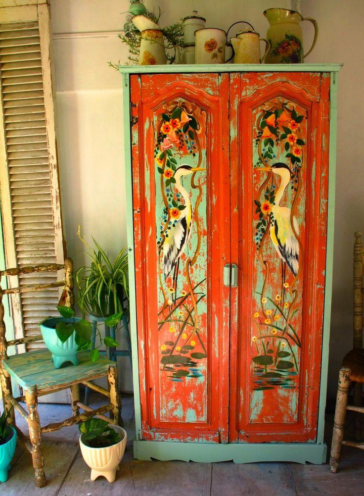 armario antigo repaginado com pintura especial