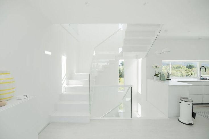 MELBY Vilje //  Vilje tett trapp i helt hvit utførelse. Trappen er en foldetrapp,festet med innstemt veggvange, uten frivange. Glasset er notet ned i trinn og opptrinn.