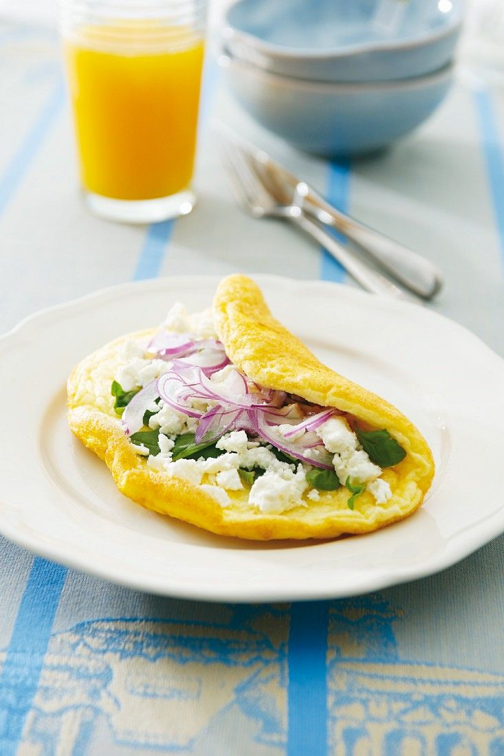 So geht #LowCarb für jeden Tag: Schnell gemachtes Omelett mit Feta, Zwiebeln und Basilikum | Zeit: 15 Min. | http://eatsmarter.de/rezepte/omelett-mit-feta-zwiebeln-und-basilikum