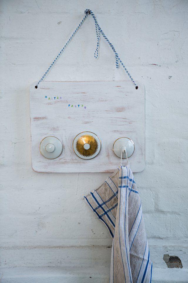 Mit ein wenig Farbe, Kleber und altem Geschirr könnt ihr aus einem einfachen Frühstücksbrett einen individuellen Handtuchhalter machen (Foto: Torsten Kollmer).