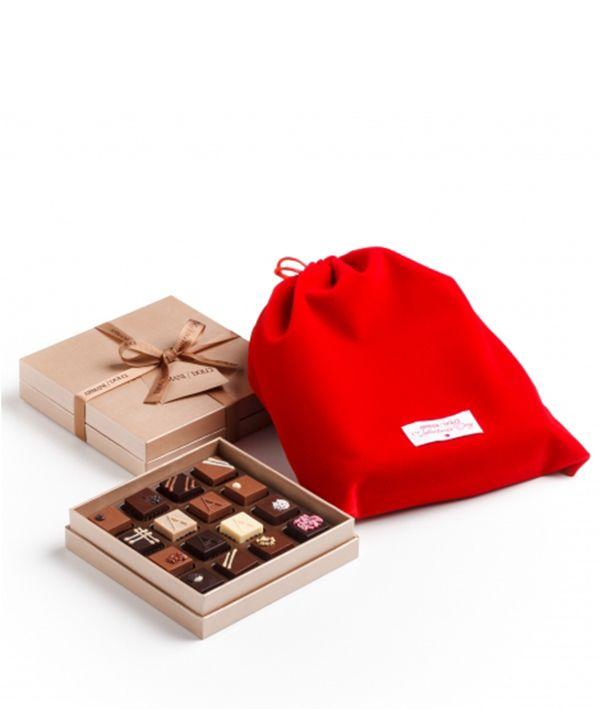 Giogio Armani tiene un capricho, que es el chocolate, por eso ha creado una división de su Emporio, dedicada por completo a los dulces y bombones gourmet, se llama Armani Dolci y nos tienen preparados unos bombones especiales para regalar el día de San Valenín. La edición especial Armani Dolci para san Valentín entra por …