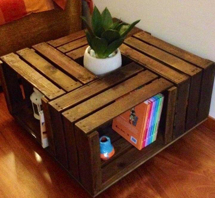 Mesita hecha con cajas de madera antiguas.