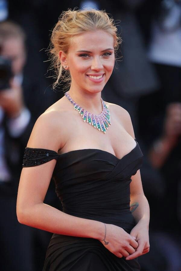 Scarlett Johansson in Versace - love the off the shoulder sleeves and sweetheart neckline