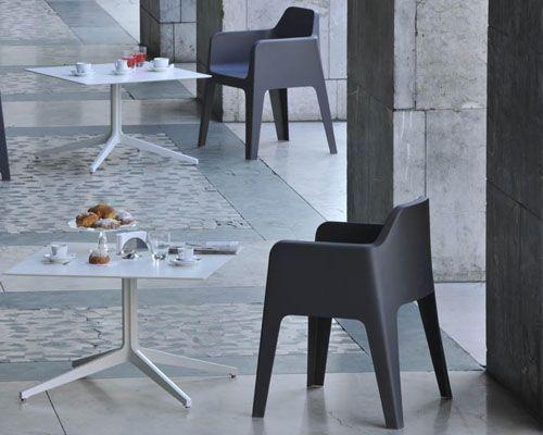 Tavolo modello Ypsilon, progettato per l'arredo bar e l'arredo ristorante. Tavolo dalle linee pulite e leggere, abbinabile a ripiani di grandi dimensioni.