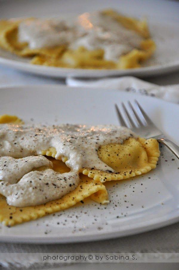 Due bionde in cucina: Ravioloni con porro, caprino e crema di noci