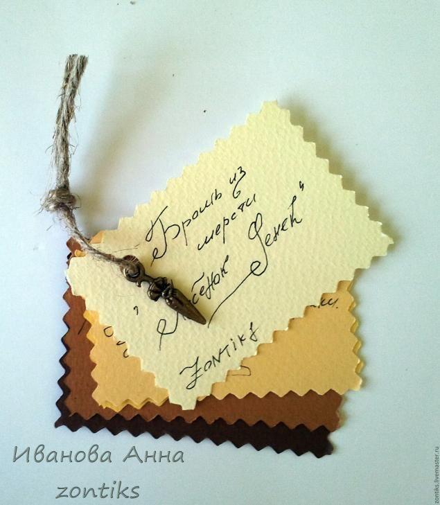 Материалы и инструменты: Картон Пастельная бумага Клей Момент кристалл, клей карандаш Пенька или любой другой шнур Ножницы обычные, ножницы зигзаг Палочка для биговки (то чем вам будет удобнее работать(крючок, спица итд)) Крафт-бумага Бусины, подвески Карандаш, линейка, фломастер зажимы дырокол Коробочку мы будем делать для лисёнка, маленькой брошки. Коробочка будет с двойными стенками.