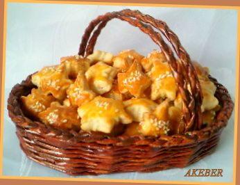 SUROVINY :   500 g polohrubej múky  1 Hera ( stužený tuk )  1 kyslá smotana  1 vajce  1 prášok na pečenie  soľ   POSTUP :   Do misky dám...