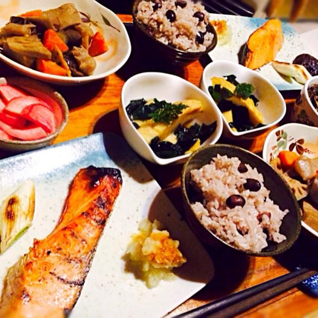 和食が食べたくて食べたくて作りました - 63件のもぐもぐ - 赤蕪の糠漬けとお煮染めと焼き鮭の大根おろしと深谷ネギと椎茸添えと若竹煮と丹波黒豆ご飯とごまめ by toki69