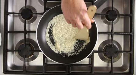 Garnalen en broccoli in ketjapsaus - (broccoli stomen boven de rijstkoker, tomaten achterwege laten, ui naar keuze kiezen en vocht binden met wat maizena)