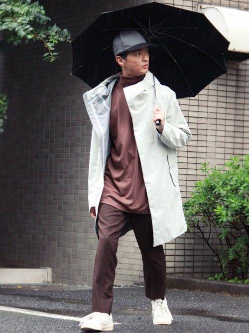 『雨の日コーデ』 シューズとコートの色を合わせて、パンツとインナーはブラウンでまとめたツートンコーデ