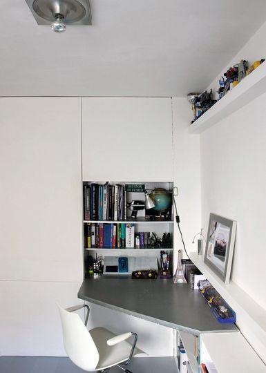 Un bureau d'angle pour optimiser l'espace. Plus de photos sur Côté Maison http://petitlien.fr/7kl7