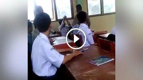 Video Seorang Guru Hajar Murid Habis-habisan Dalam Kelas Viral di Facebook