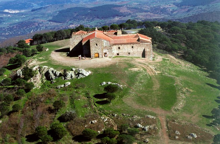 Monasterio de Tentudía mandado construir por Fray Pelay Pérez Correa para honrar a la Virgen que obró el milagro de alargar el día de la batalla de Tentudía y de esa manera se pudo vencer al enemigo moro.