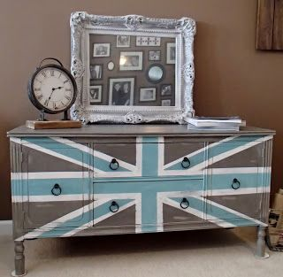 Love the gray/white/blue Union Jack idea for my table.