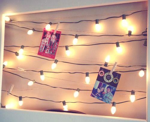 Ideeën kerstkaarten ophangen - Hang de kerstkaarten op aan kerstverlichting. Dit geeft een erg leuke sfeer tijdens de donkere dagen.
