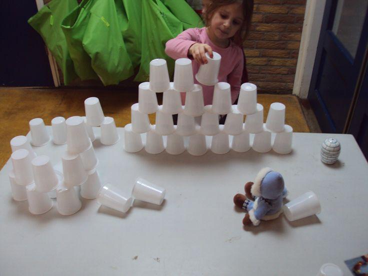 Begeleide of zelfstandige activiteit - Kan ik een iglo bouwen van bekertjes voor deze Eskimo?