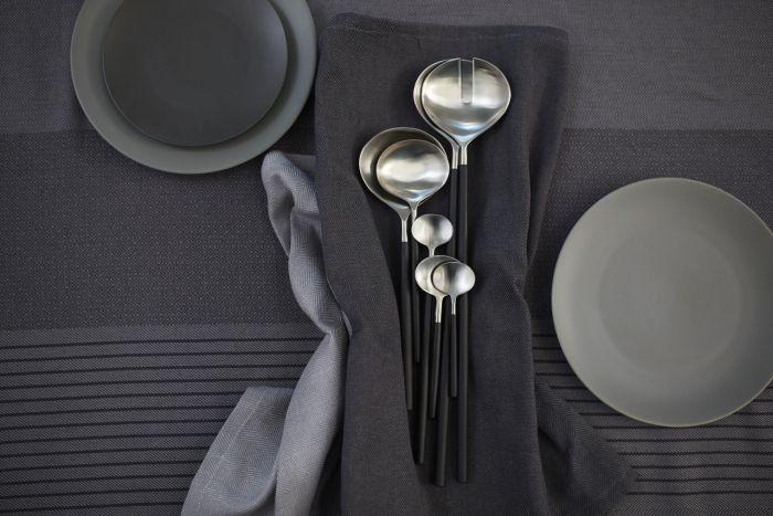 Nella collezione in edizione limitata #SITTNING ci sono cucchiai di diverse dimensioni, adatti a contenitori stretti e grandi insalatiere.