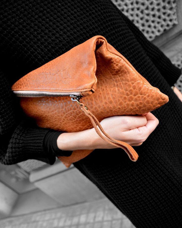 Papá Noel se llevó unas cuantas Pochettes Brussosa hace unos días...Aún no tenéis la vuestra?  Haced la lista! (Link directo en 21Buttons)  . . . #brussosa #christmas  #regalabrussosa #bag #leather #leathergoods #bolso  #style #streetstyle #barcelona #shopping #shoplocal #slowfashion #handmade #madeinspain #picoftheday  #handmadebag #oneofakind #original #exclusive #black #winter #バルセロナ  #レザーバッグ