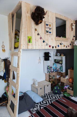 Chambre d 39 enfant avec lit mezzanine cabane suspendue rajouter plantes - Lit mezzanine cabane ...