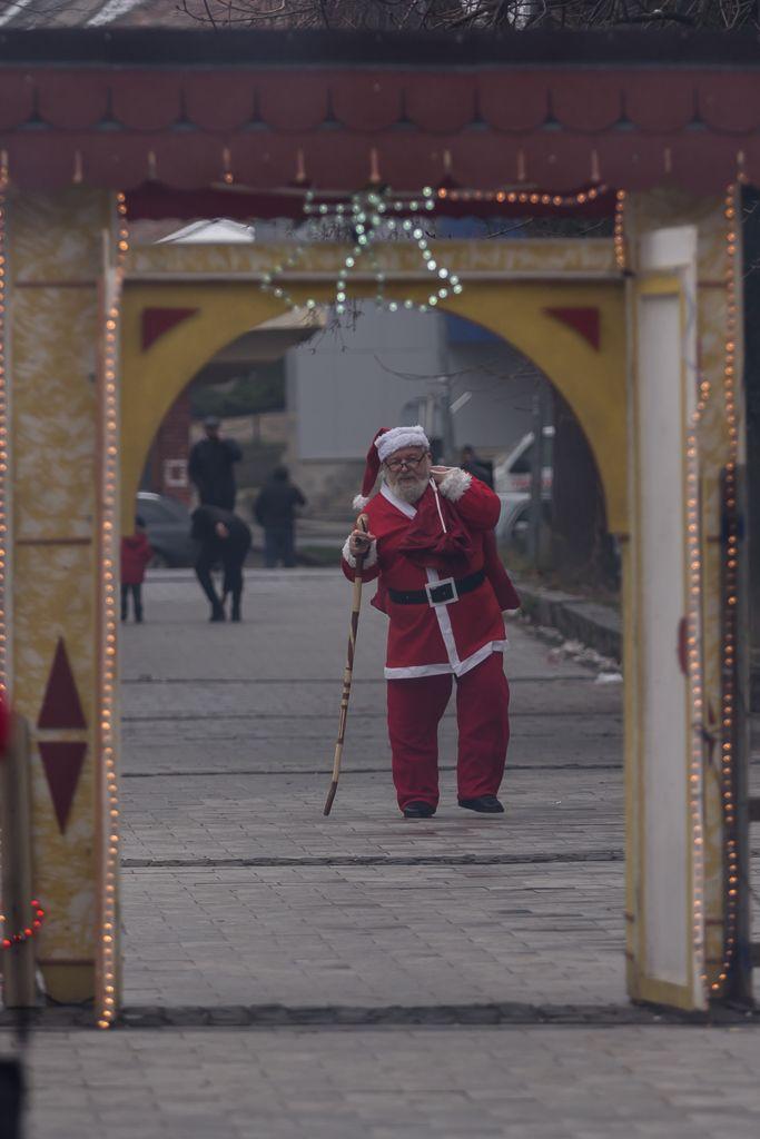 Cel mai cel Moș Crăciun vine de 11 ani la Reșița și aduce cadouri copiilor pe care îi întâlnește. Petru Cumpănaș (Peida) face acest lucru din drag pentru copii și pentru că inima lui mare așa îi spune să facă.