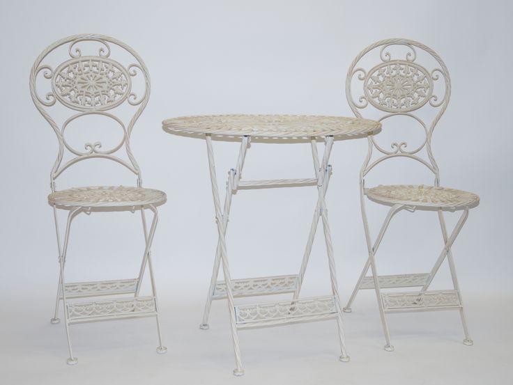 Een 3-delige wit geschilderde metalen tuinset bestaande uit 2 stoelen en een tafeltje