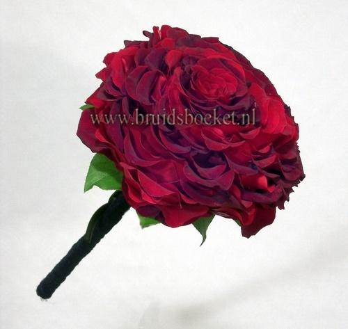 3201. Bruidsboeket grote rode roos (is blaadje voor blaadje aan elkaar gelijmd)