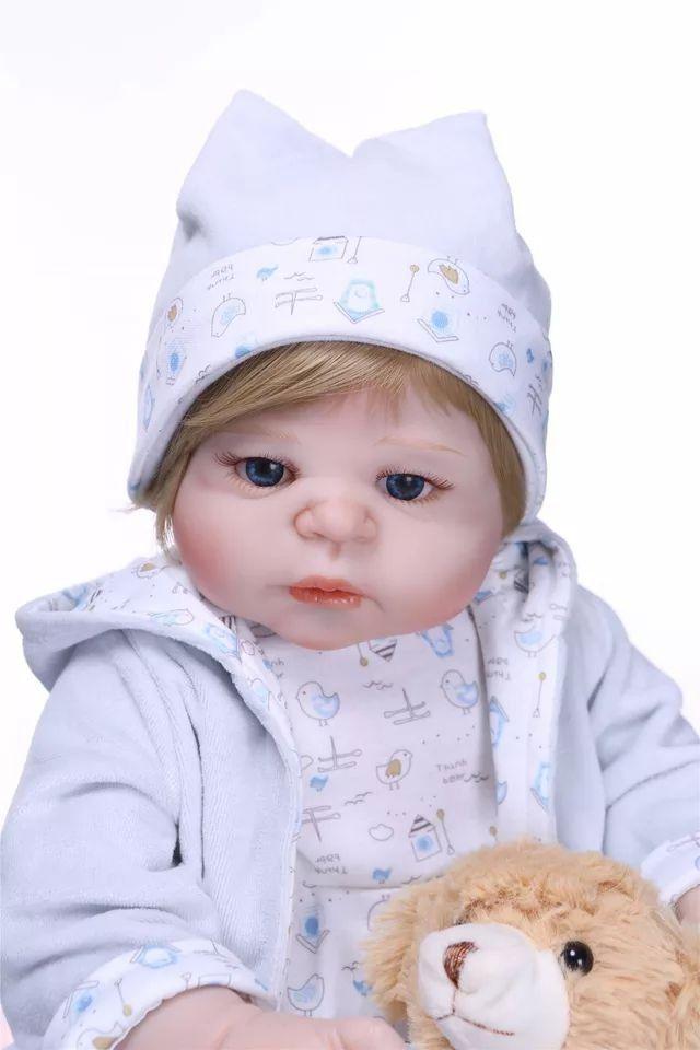 6c39f22e02cf Bebê Reborn Menino Inteiro de Silicone Loiro Olhos Azuis Pode dar Banho  ENZO - Doce Criança