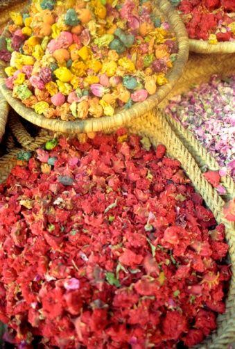 Immergersi nei mercati di fiori di tutto il mondo: è primavera! #Marrakech #flowersmarket #mercatodeifiori #people #persone #market #mercato #colour #colori #fiori #flowers #fiore #flower #hand #work #job #lavoro #manuale #spring #primavera #world #flowersmarketoftheworld #Marocco #Morocco