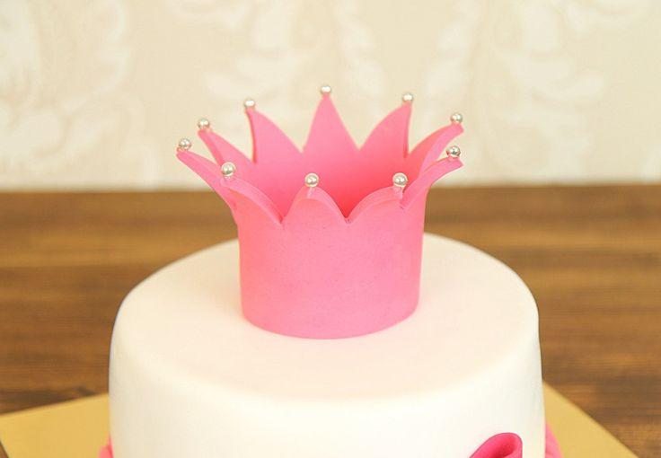 """Детский торт """"Маленькой принцессе""""  В большом или маленьком царстве, где с каждым днем подрастает самая красивая и нежная принцесса, всегда есть место радости, улыбкам и любви! А важный день - самое время примерять и ощутить вкус короны!  С удовольствием изготовим, а если пожелаете то и доставим, #тортнадетскийпраздник от 2-х кг всего за 2050₽/кг.  Специалисты #Абелло готовы помочь с выбором красивого и качественного десерта по любому поводу по единому номеру: +7(495)565-3838…"""