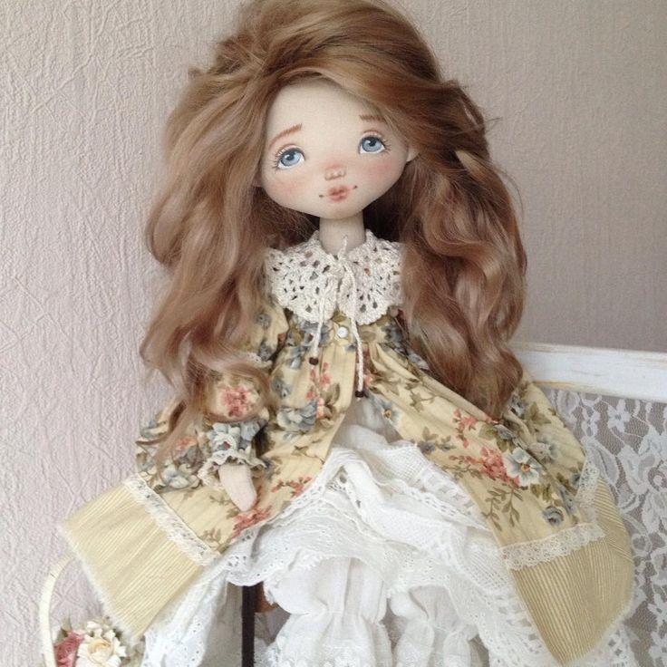 Добрый вечер, всем !!!  Познакомьтесь с моей первой  будуарной куклой Дарьей... в коленочках бусины , поэтому она может только сидеть, но зато красиво  одежда, конечно же вся снимается, кружевные панталоны , нижняя юбочка с шитьем, нижнее платье с оборками из хлопкового кружева и верхнего платья, воротник вязаный крючком , тоже съёмный