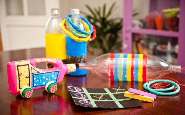 Vejam como é legal fazer brinquedos de sucata aí com a garotada, e com isso incentive elas a reciclar materiais, de uma forma gostosa e muito divertida.