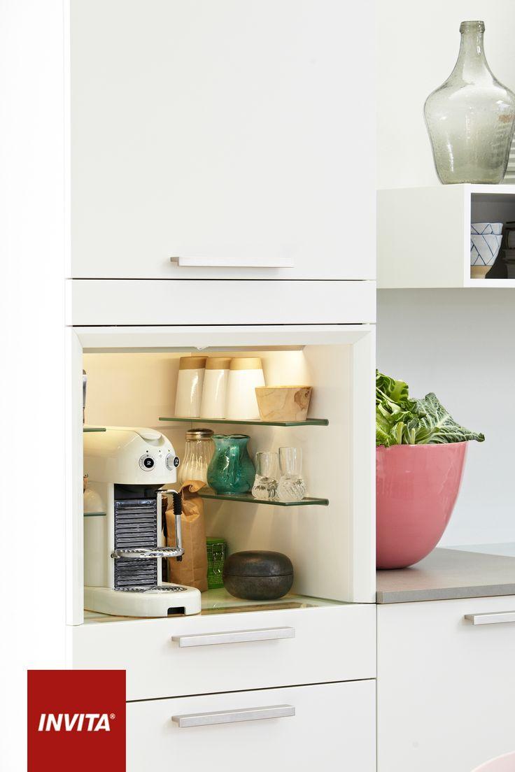 Med en Coffee Unit får espressomaskinen sin egen niche med små hylder, indkig i skuffen under og plads til kopper, kaffe og kapsler. Coffee Unit er designet til at passe ind i ethvert køkken, så du kan få din egen mini-café derhjemme.