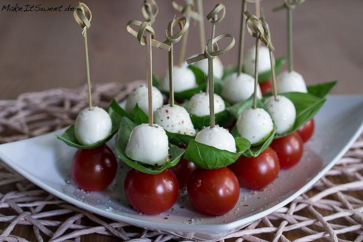 Ein Rezept für Tomate-Mozzarella-Fingerfood mit Basilikum. Schnell zubereitet mit wenigen Zutaten. Perfekt als Häppchen für eine Party.