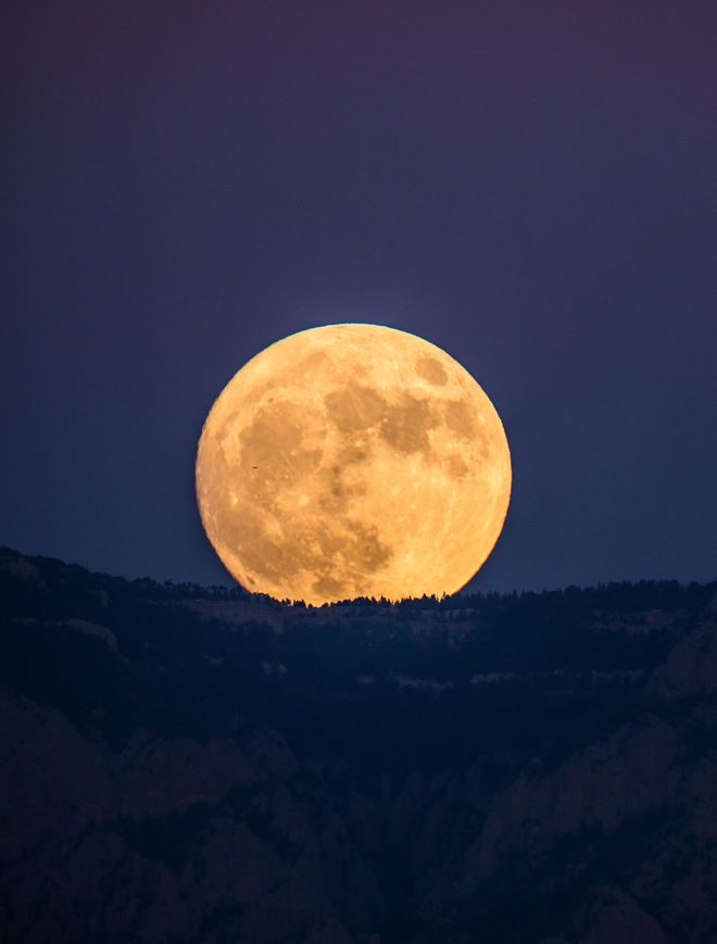 """During November's full """"supermoon,"""" the moon came closer to Earth than it has been since 1948. The moon was at it's biggest and brightest on Monday morning (Nov. 14). Photographer Ben Lawry captured the supermoon rising over Albuquerque, New Mexico on Sunday (Nov. 13) at 5:30 p.m. local time."""