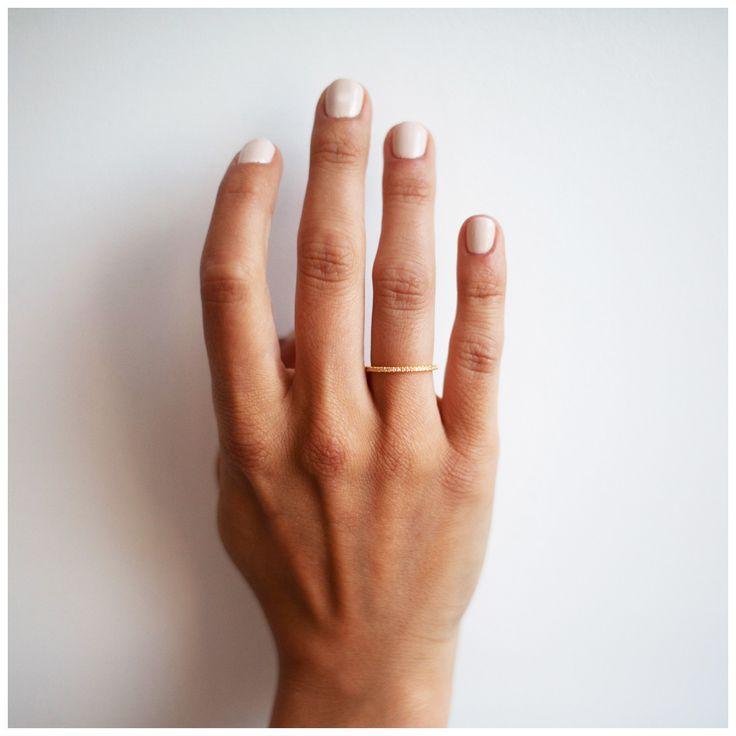 Deze prachtige diamanten ring heeft niet veel meer woorden nodig dan elegant, tijdloos en stijlvol. Het kan de perfecte ring zijn om een verloving, huwelijk of een levenslange verbintenis met je geliefde te verzegelen. De Endless diamond ring is gemaakt van sterling zilver verguld met 18 karaat geel, roos of wit goud, bezet met 50 diamanten.