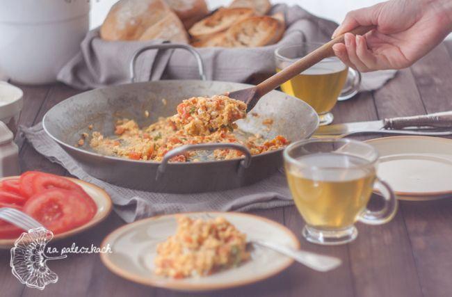 Jeśli znudziła Wam się klasyczna jajecznica polecamy spróbować jej indyjską koleżankę - anda bhurji (अंडा भुर्जी). Dodatek aromatycznych przypraw wzbogaca jej smak i nastraja pozytywnie na cały dzień :) Przepis na www.napaleczkach.pl | kuchnia indyjska