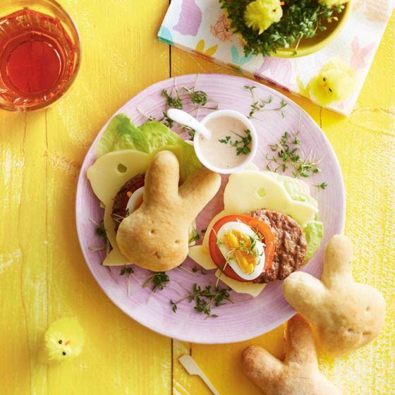 Met dit paasbroodje maak je gegarandeerd een vrolijke hamburger. #pasen #diner #jumbosupermarkten