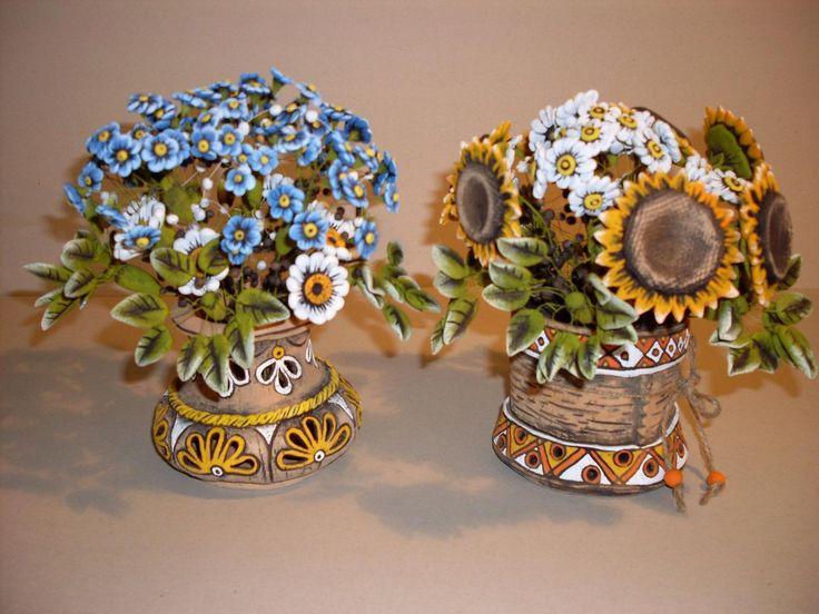 Вазы.  Конструкция букета достаточно сложная. Сначала лепится отдельно каждый цветок и листок букета на специальной проволоке . Потом цветы монтируются внутрь вазочки и обжигается вся конструкция целиком (обжиг 970 градусов). После роспись, опять же каждый цветок отдельно. Почти 2 недели на большой букет требуется.