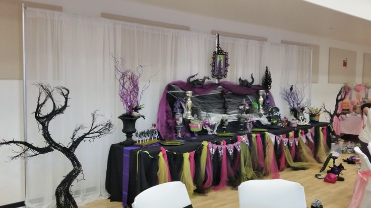 She may be the dark queen in Sleeping Beauty's world, but Maleficent has her own place in Disney lovers' hearts!  www.partyfiestadecor.com