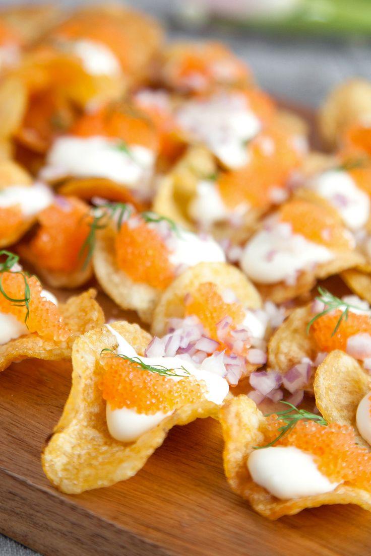 Löjrom på salta chips med hackad rödlök, dill och creme fraiche