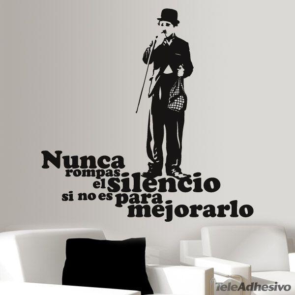 """Muchas veces el silencio nos ayuda de sobremanera a reflexionar y a ser positivos, esta frase sugiere que si una persona tiene algo que decir o aportar, tiene que ser mejor que aquello que se puede reflexionar en silencio. """"Nunca rompas el silencio si no es para mejorarlo"""". Con este vinilo decorativo tendrás una gran frase unida a uno de los mejores actores del mundo cinematográfico Sir Charles Spencer Chaplin para la decoración de tu hogar."""