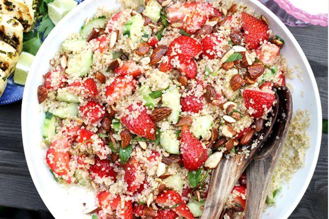 Jordgubbs- och quinoasallad Jordgubbar är som allra finast på försommaren och denna sallad är perfekt att servera till grillat. Jordgubbarnas sötma tillsammans med kryddorna från tofun och sälta från tamarimandlarna ger en komplett smakupplevelse.