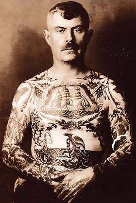 1802: Zeeman met tatoeages als aandenken/eerbetoon aan zijn reizen. Getatoeëerd door collega's  aan boord.