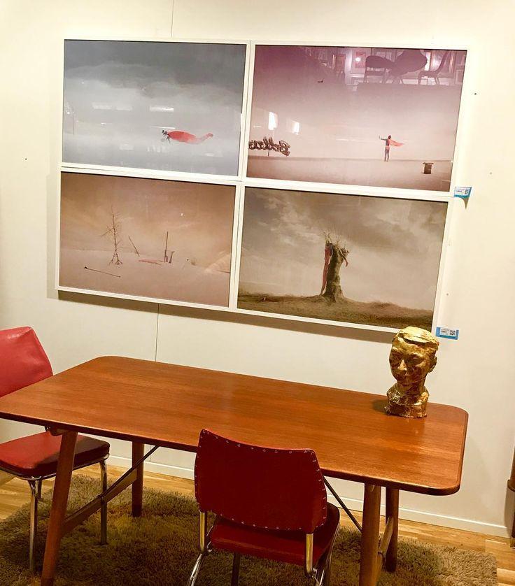 Er du på utkikk etter noe fint til veggen?  Noe som ikke alle andre har, da har du sjansen til å finne bilder på vår fotoauksjon som avsluttes i kveld. Glimt fra nettauksjonen: #Ole Marius Jørgensen, norsk kunst og filmfotograf. Han bruker humor og surrealisme i sitt arbeid. Mange av hans ikoniske bilder reflekterer drømmer og mysterier som reiser spørsmål om identitet.  #fotografi #fotokunst #kunst #art #fotoauksjon#blomqvist #blomqvistnettauksjon #blomqvist_auksjoner