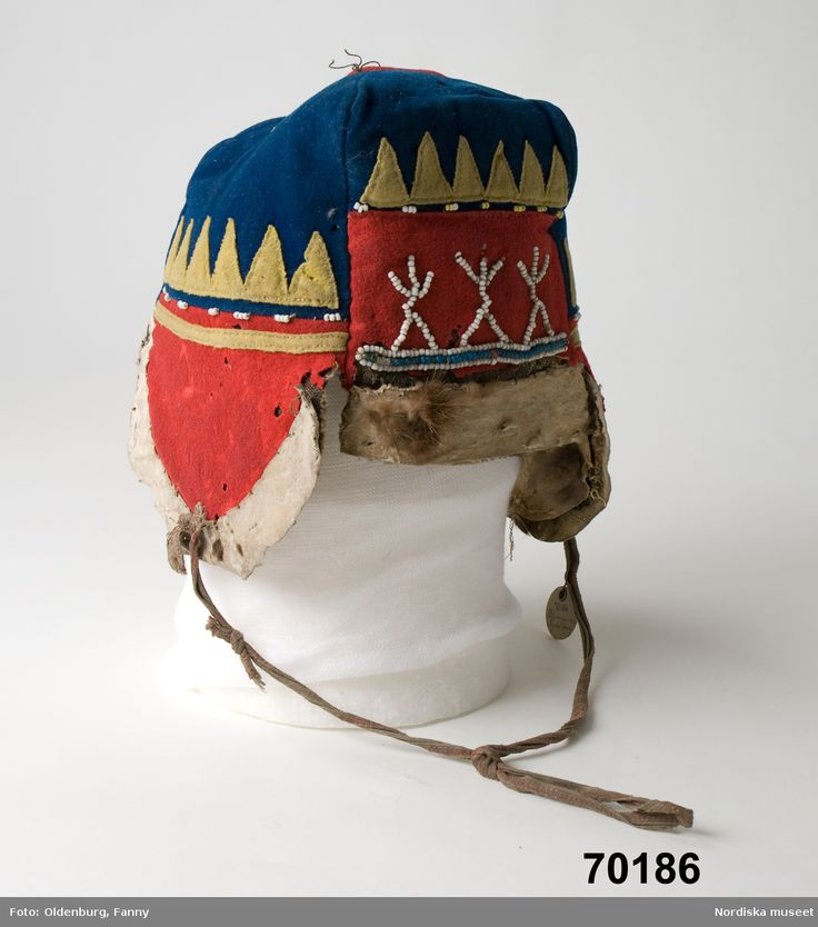 Skoltsamisk herrmössa från Petschenga, Ryssland inköpt år 1891 Skolt Saami hat for males bought in Russia 1891