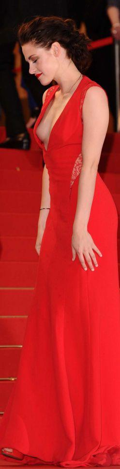 Kristen Stewart - in a red dress 2005 Кристен Стюарт грудь почти выпадает из ее глубоким красным горячим платье на премьере Роберта Паттинсона