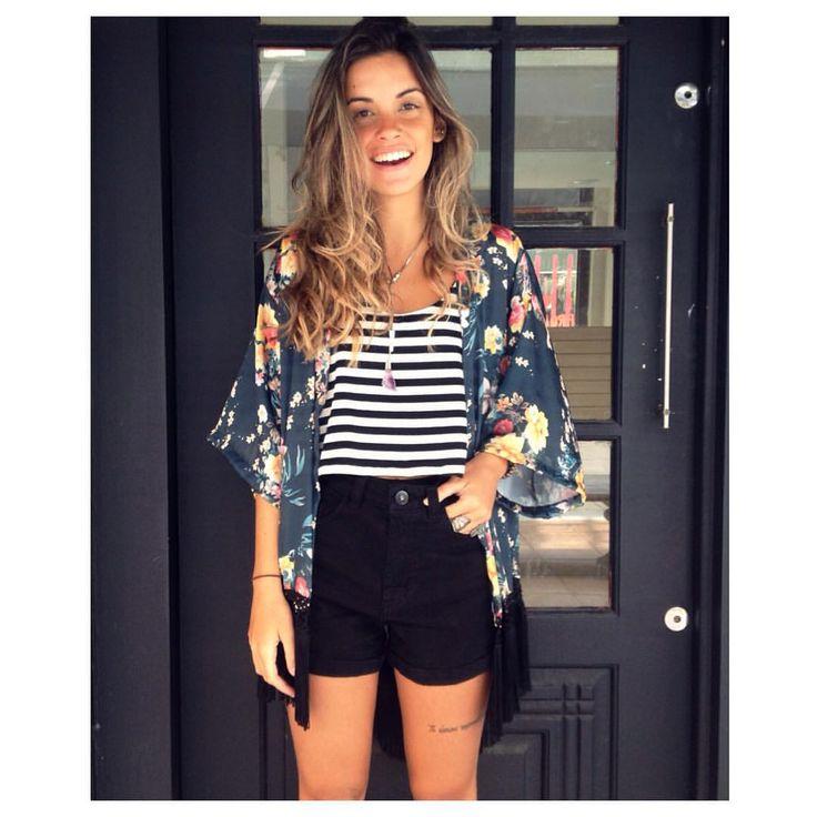 | Look Inspiração Boho - Kimono Florido + Regata Listrada + Short + Bota de Cano Curto |