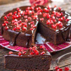 En sjokoladekake inspirert av Midtøsten pynter du med knallrøde frø fra granatepler.
