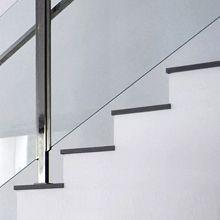 Cambre _ Detalle de barandilla de vidrio para escalera de vivienda unifamiliar. Diseño por mas·arquitectura.