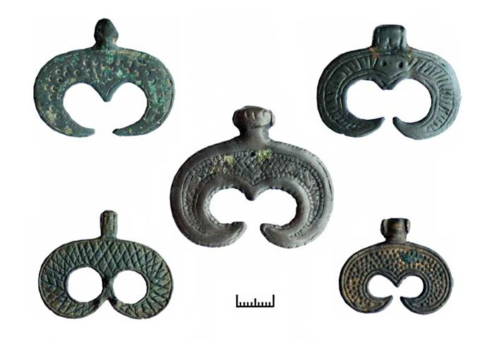 Ancient women's jewelry, amulets in the shape of the moon - lunnitsy. source: http://www.kulturologia.ru/blogs/021214/22391/ - http://tumuseum.tumblr.com/page/5